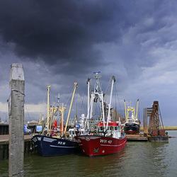 Veel dreiging boven de haven van Den Oever