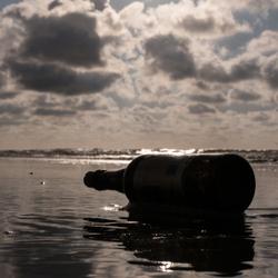Fles op het strand