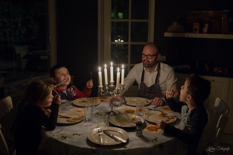 Diner bij kaarslicht - dit is de foto van mijn daily project van 3 januari. <br /> Een door papa bedacht diner bij kaarslicht!