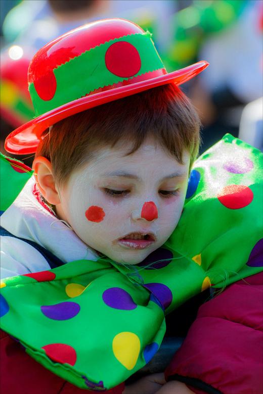 Ik vind dat carnaval maar niks ......... - dit jongetje stond erg bedeesd tussen zo 'n 1200 uitbundige vriendjes tijdens de kindercarnavalstoet i