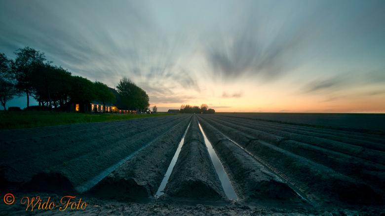 Hollands Glory - Hollands Glor. Een foto gemaakt met een Grijsfilter op 135 seconden met een ISO 100 en een Sigma Groothoeklens. Akkers bij Wierum Fri