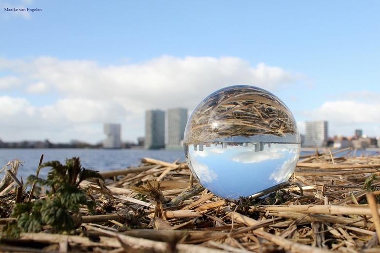 De skyline van Almere  - Spelen met een glazen bol, dit idee kwam voorbij op de Facebookpagina van Zoom en wilde ik uiteraard ook eens proberen. Dit i