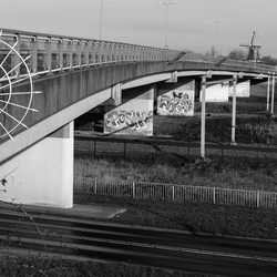 Viaduct met graffiti