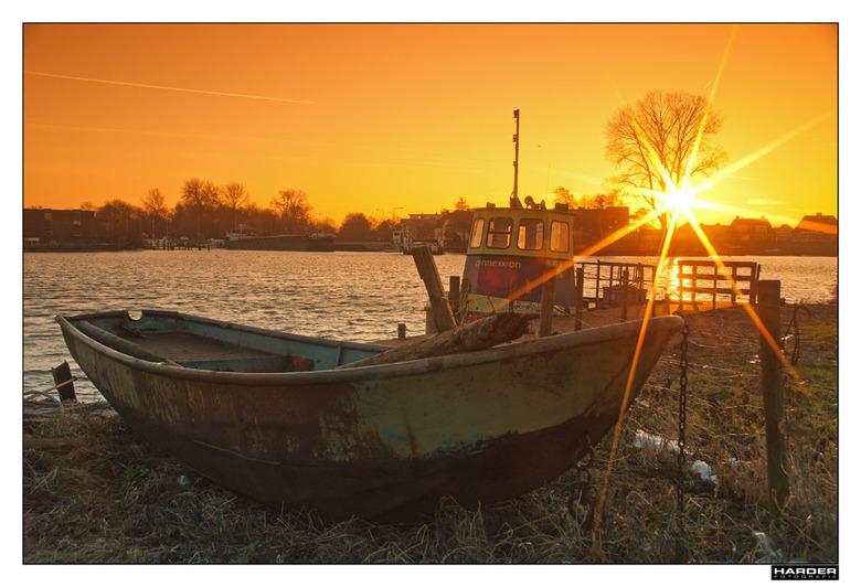 Boot op het droge - Op dezelfde plek gemaakt als vorige foto. Dit bootje ligt op het droge en kan in nood gebruikt worden.