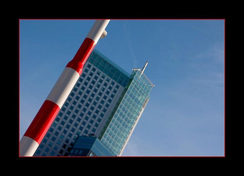 Rotterdam 16 - Voor paal staan! Dat deed ik toen ik deze foto maakte. Ik ben bewust zo gaan staan dat de rand van de Maastoren erachter precies erlang