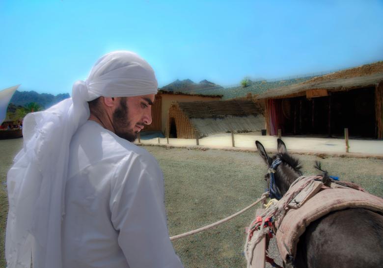 Al Fujayrah Oman - Al Fujayrah (Oman)<br /> Deze jongen trof ik toen ik op zoek was naar oude authentieke gebouwen in Oman.<br /> Hij nam me mee naa