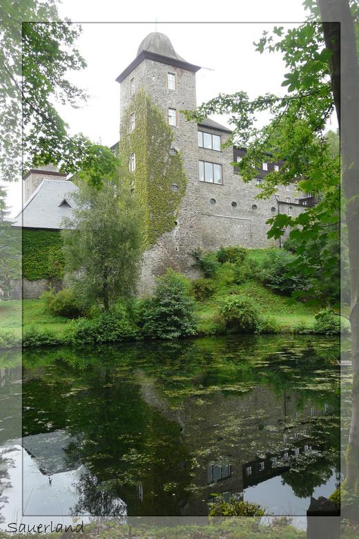 Vakantie Sauerland - Mooi kasteel in Sauerland nabij Attendorn, helaas deze dag niet zo mooi weer, maar de spiegeling zie je toch mooi in het water