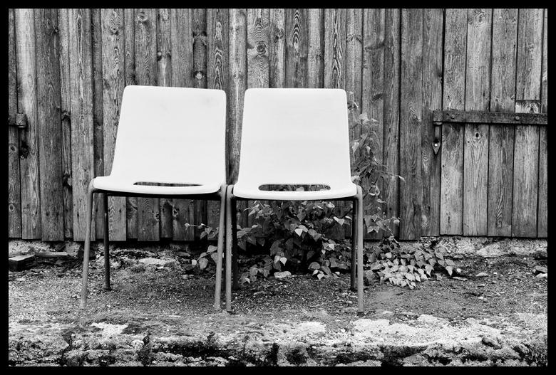 Two Chairs - Twee stoelen bij een schuur in Noorwegen