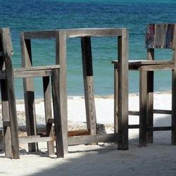 Tafel en stoelen op strand