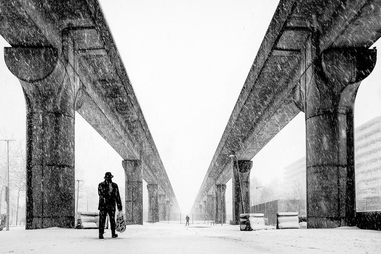 Bijlmer Blizzard - De iconische metrolijn in de Amsterdamse Bijlmer tijdens een sneeuwstorm.