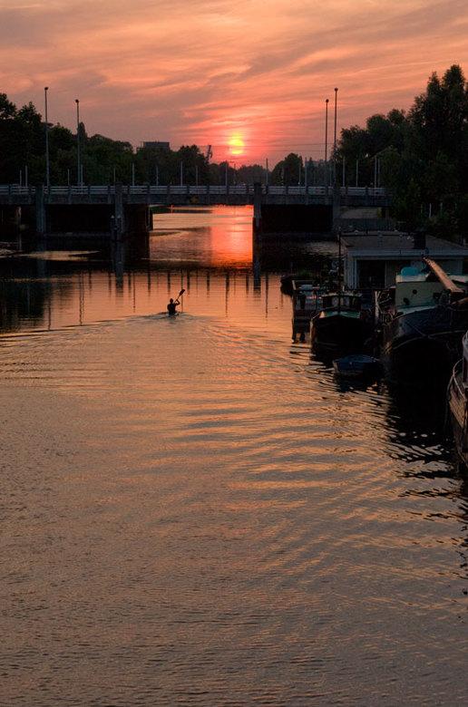 Eenzame peddel - Zonsondergang op het kanaal in Utrecht