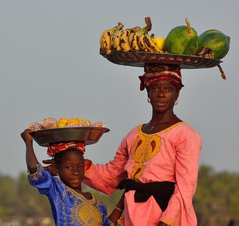Fruit verkoop op het strand in Gambia
