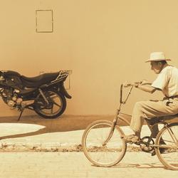 oude man op fiets.jpg