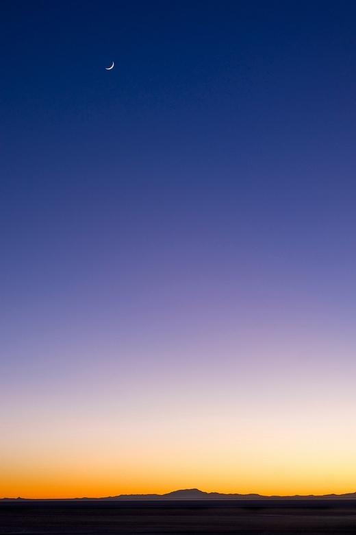 Moon over Salar de Uyuni - Vroeg in de ochtend ontwaakte ik in Salar de Uyuni, de koude trotserend, om een zonsopgang vast te leggen. Handschoenen war