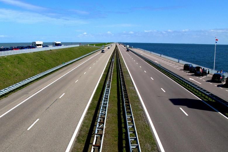 Afsluitdijk - Afsluitdijk richting Harlingen. Links van de afsluitdijk de Waddenzee en rechts het IJsselmeer.