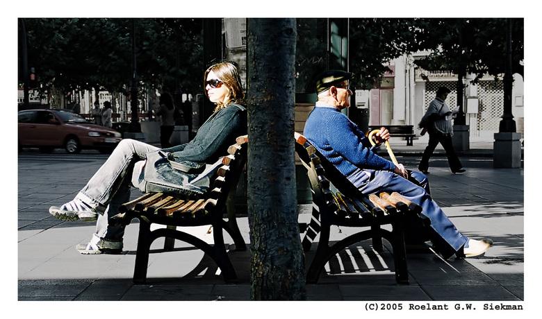 Zon Generaties - Bankjes zijn altijd fijn. Of het nu is om op te zitten fotografen of om de er op zittenden te fotograferen...<br /> <br /> Twee gen