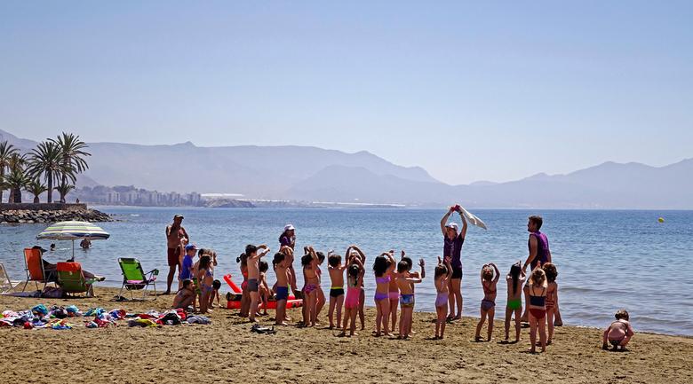 School uitje - het was kennelijk schooluitjes dag. Er waren een heleboel groepjes kinderen op het strand. gr. Nel