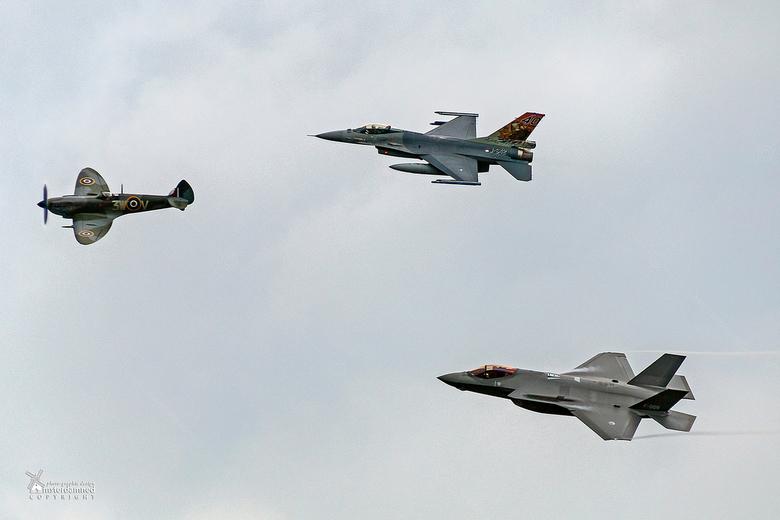 Luchtmachtdagen Volkel 2019 - Drie generaties gevechtsvliegtuigen van de nederlandse luchtmacht; een spitfire, een f-16 en de allernieuwste f-35.