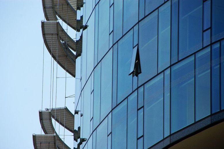 Zonwering - Opvallende torens, in een gebied met uitsluitend laagbouw. De belastingdienst in Apeldoorn. Detailering van het gebouw is doordacht en in
