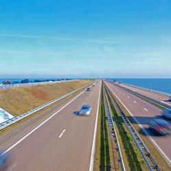 Langsrazende auto's op Afsluitdijk
