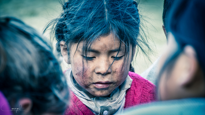 Peruvian Kid - Tijdens onze trekking deelden we overal balpennen, kleurpotloden en kleertjes uit. De kinderen waren altijd laaiend enthousiast... hier