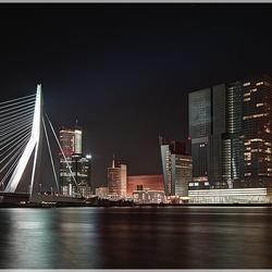"""toren """"De Rotterdam"""" aan de maas"""