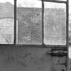 Oude deur van een verlaten fabriek