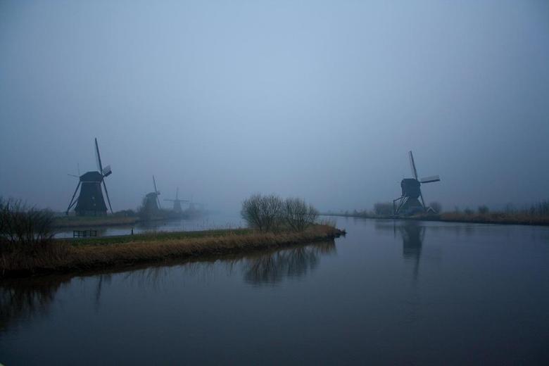 Kinderdijkse molens.. - Ik denk dat deze molens het waterlandschap al een tijd in de gaten houden..knipoog.