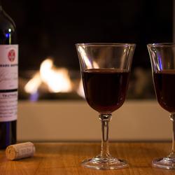glaasje wijn bij de haard