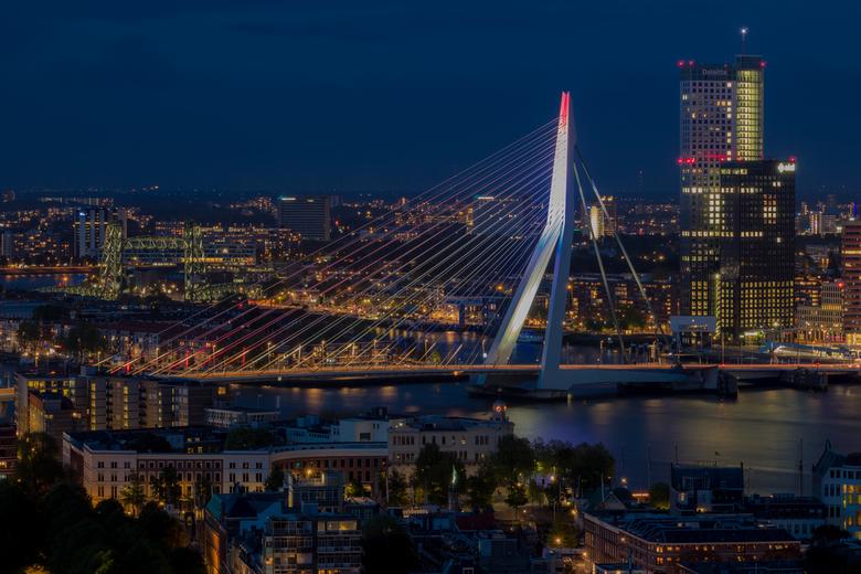 Rotterdam - De Hef, Erasmusbrug en Maastoren tijdens bevrijdingsdag. Gezien vanaf de Euromast