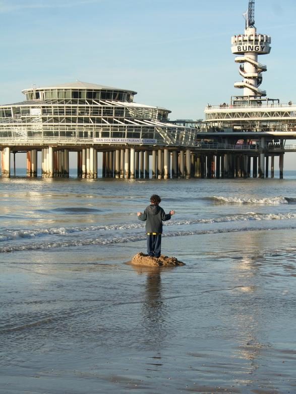 ♫ Op een onbewoond eiland... ♫ - Vlak voor de kust bij Scheveningen heeft een klein jongetje z'n eigen eilandje gemaakt, en p