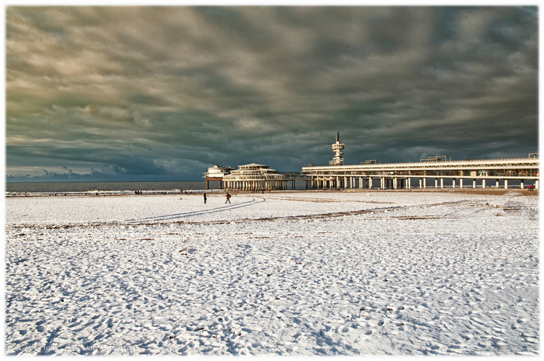 Winter aan de kust. - Scheveningen in de sneeuw gehuld.