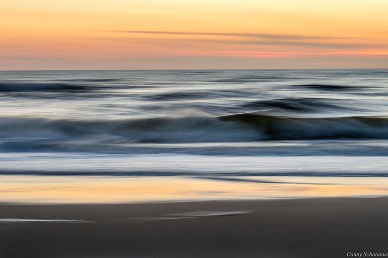 Noordzee tijdens de schemering - Ik ging voor een mooie zonsondergang naar de Noordzee. Deze viel een beetje tegen. De zon ging onder achter een wolke