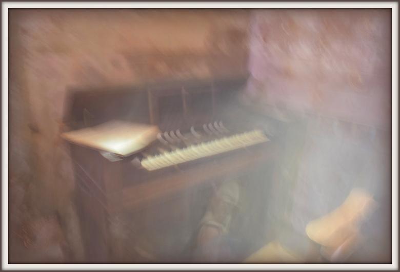 Harmonium in de kerk van Charroux