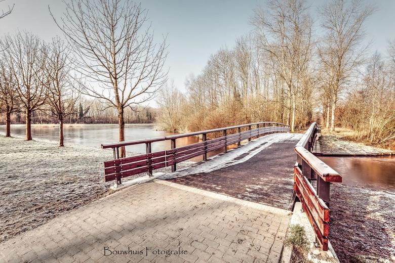 Sneeuwbrug - Beatrixpark in Almere op de vroege ochtend.
