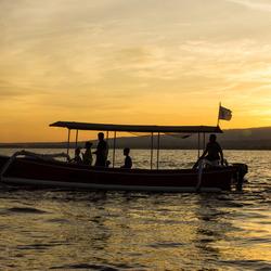 Bali, bootje zonsopkomst op het water