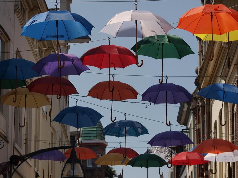 Under my umbrella - Deventer zorgt voor wat vrolijkheid met verschillende paraplu's in de straten tijdens Deventer op stelten