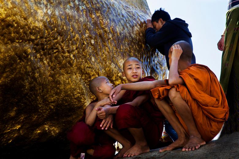 Bij de gouden rots - Jonge monniken<br /> Bij de met bladgoud verzierde<br /> rots Myanmar.<br />
