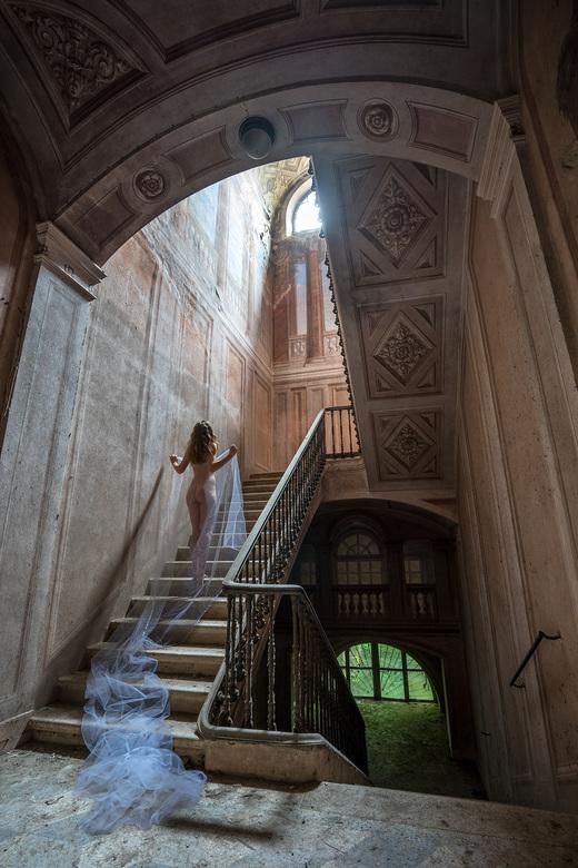 Complete surrender - Palazzo Di L is een paleis in verval gelegen in het centrum van een klein dorpje in Italië. Het gebouw is duidelijk een aantal ee