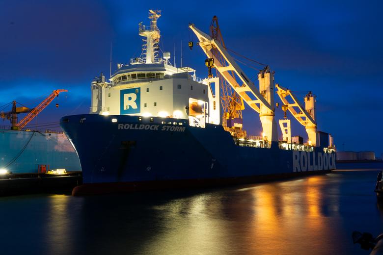 Zware lading schip in de Sloehaven - net voor zonsopkomst in de Sloehaven Vlissingen
