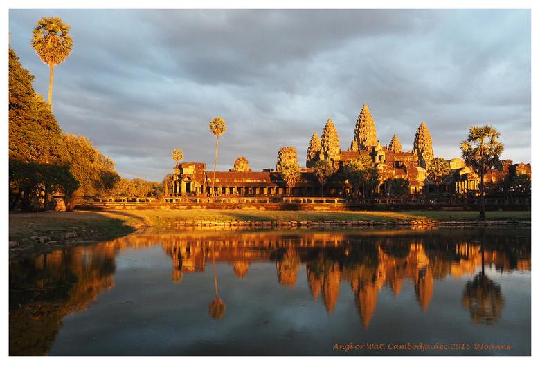 Angkor Wat - Angkor Wat in het schitterende licht van de zonsondergang. Van een grijs gebouw zag ik het complex gaan stralen in het licht van de onder