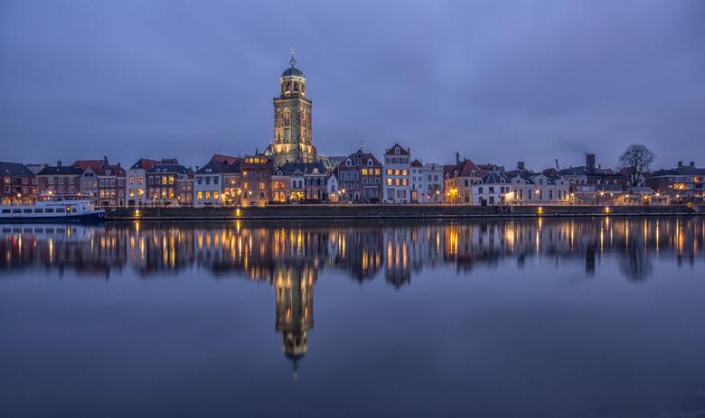 Deventer in the Blue Hour - Gedurende de feestdagen ben ik met mijn familie op vakantie geweest op de Veluwe. Omdat Deventer in de buurt van ons huisj