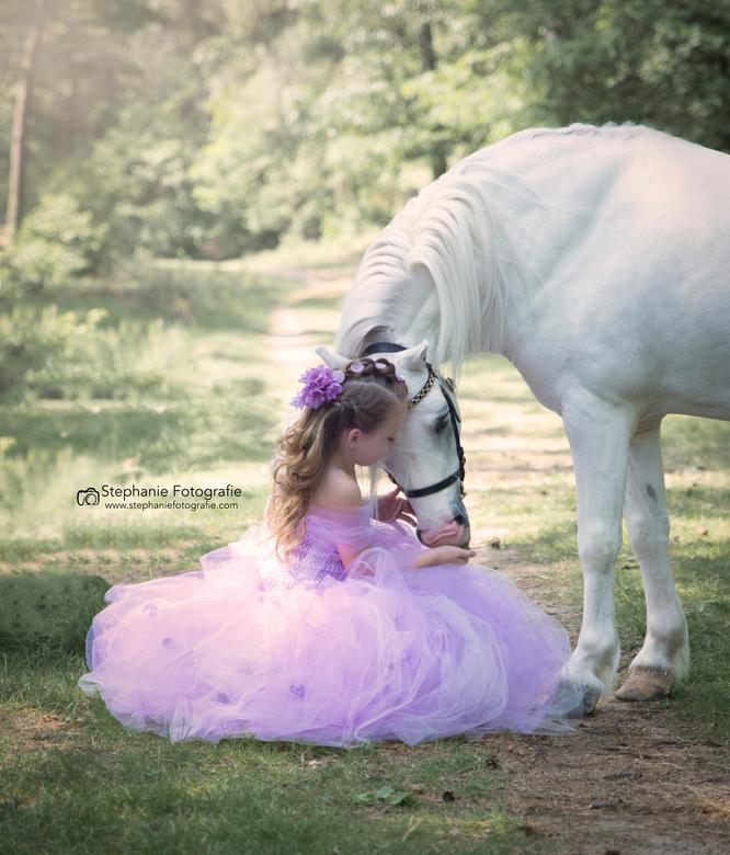 een sprookje komt tot leven  - dit was een shoot die al een poosje op mijn verlanglijstje stond mijn nichtje in een zelfgemaakte jurk met een sprookje