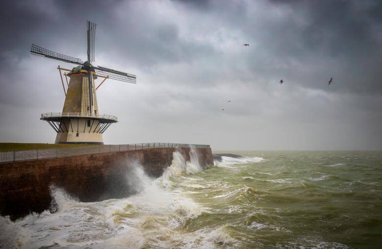 Storm Bella - Storm Bella én rond 12:30 uur vloed, daarom maar weer naar zee gereden. Deze keer naar de Oranjemolen in Vlissingen. De foto was denk ik