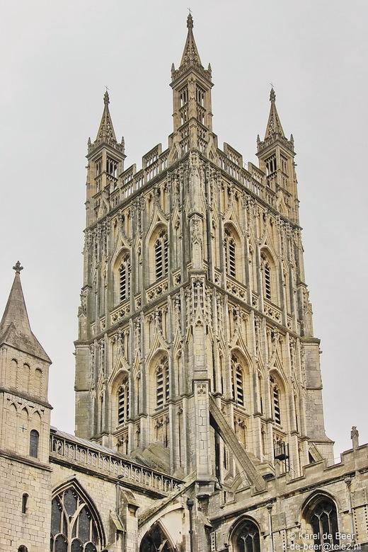 Gloucester 17 - Vanaf de binnentuin is er ook een mooi zicht op de 69 m. hoge vieringtoren uit de 14e eeuw.