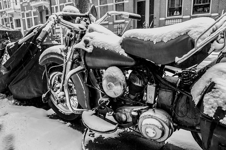 Harley - Deze staat zomaar buiten zonder bedekking.
