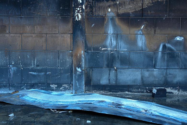 naturel art 1 - Interieur van door brand verwoeste loods
