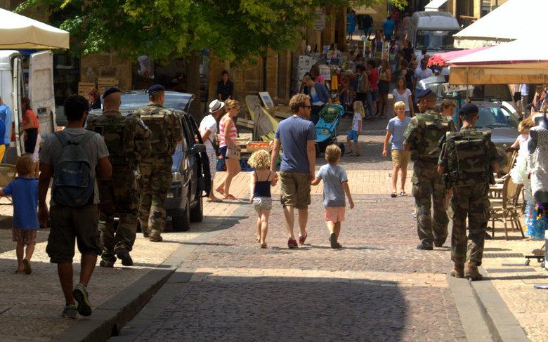 Sarlat na Nice. - Militairen in het straatbeeld van Sarlat na de aanslag in Nice.