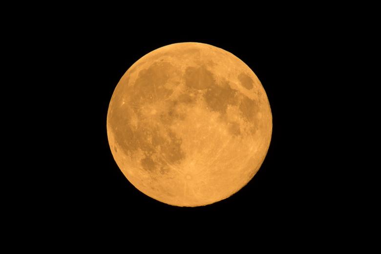 Full moon - Full moon. Gemaakt vanaf statief met 500 mm en teleconverter 1.7.