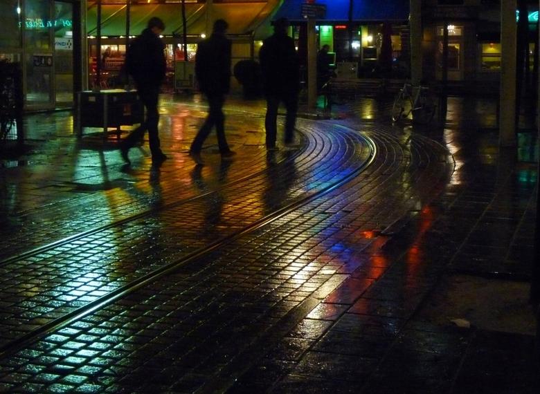 Stappen - Afgelopen weekend in Antwerpen geweest. Het regende zo nu en dan flink, dus er was veel gelegenheid om te spelen met spiegelend plaveisel.<b